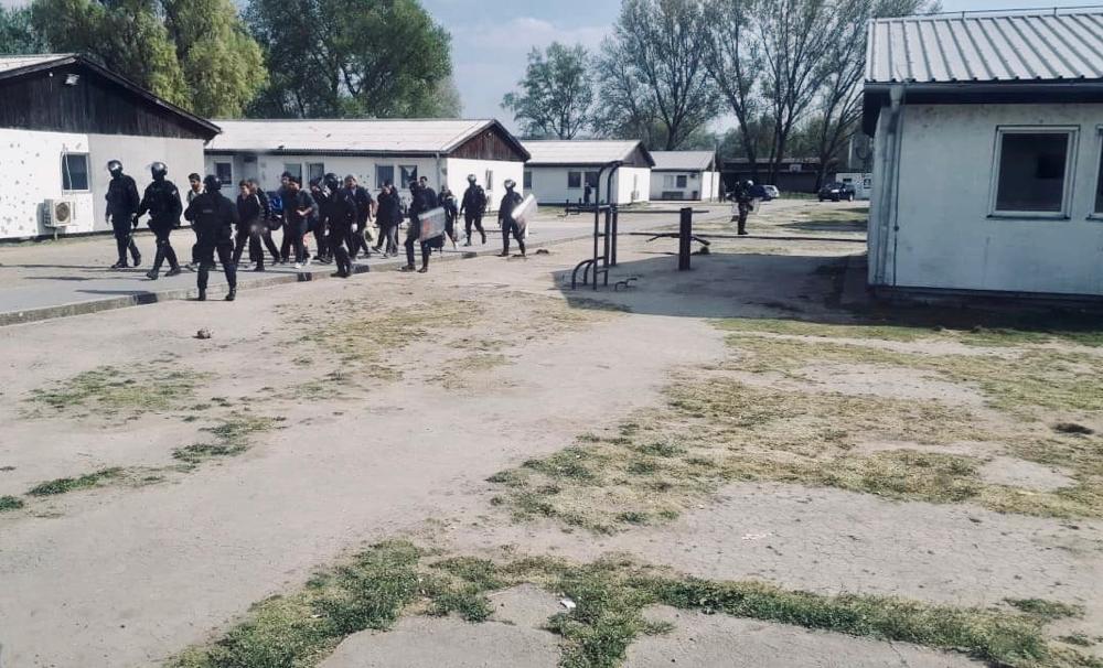 L'irruzione delle forze di polizia serbe nel campo di Krnjaca il 10 aprile 2020